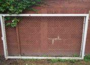 Portón de hierro con tejido