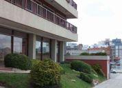 3 ambientes con cochera ,baulera y patio de 100m2 edificio frente al mar!! la perla