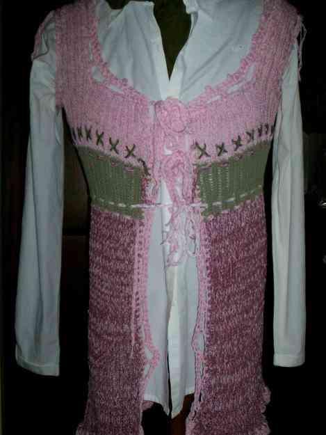 chaleco largo tejido en rosa y verde, terminación a crochet