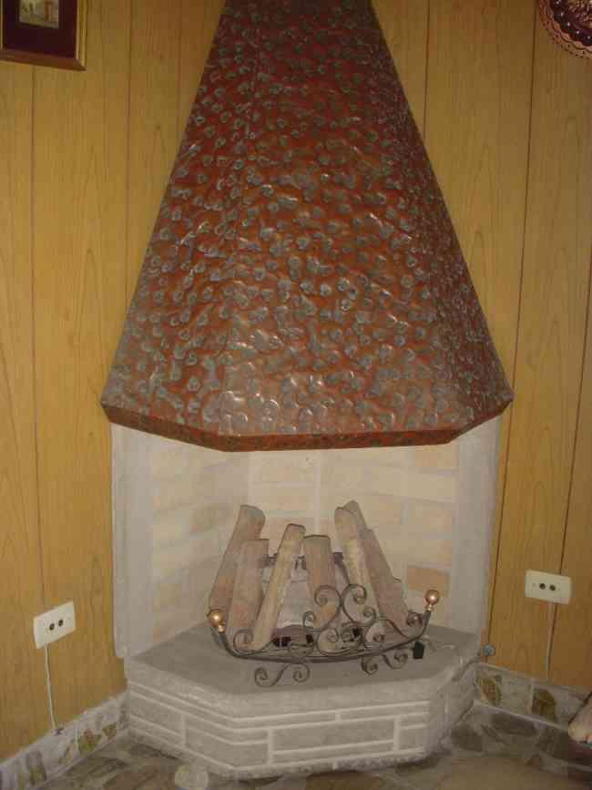 Hogar a gas con le os refratarios y campana de cobre for Lenos a gas modernos