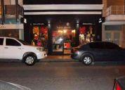 Tienda de ropa sobre calle principal